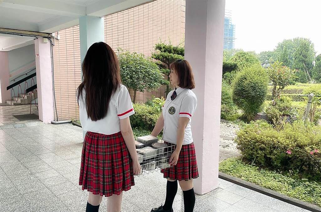 52岁何如芸穿制服当学生妹 百褶裙透出白嫩美腿 回春逆龄无违和