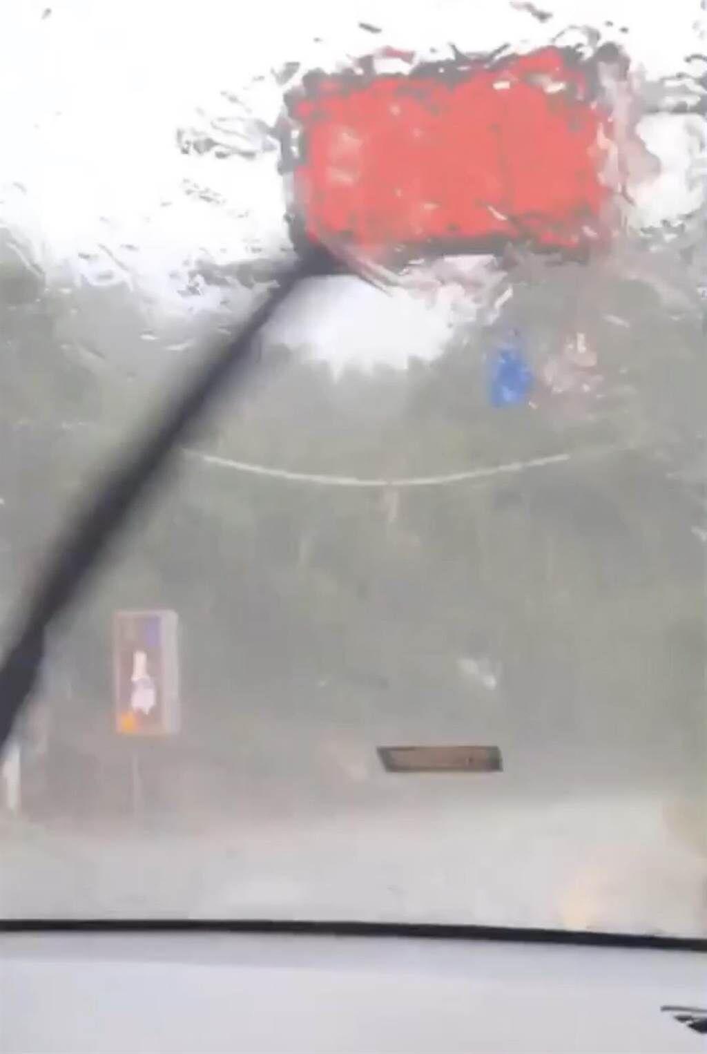 清境山区下大雨挟带冰雹 民众淋雨也乐透了