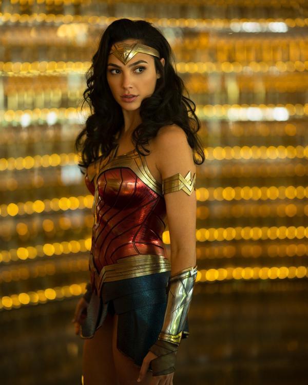裙子短到尺度边缘!《神力女超人 2》最新战袍剧照 网友惊叹:盖儿加朵美出新高度!