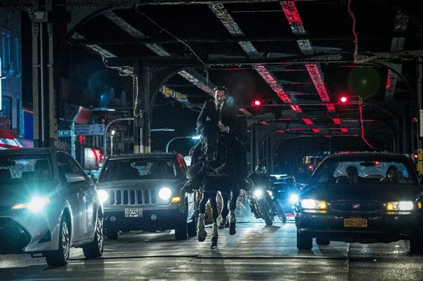 在《捍卫任务》系列电影中,由于某日帮派老大的儿子,杀掉了John Wick(基努李维 饰)的爱犬,因此他决定要整个黑道组织陪葬,接连展开一系列的复仇行动,而基努李维也在电影外被粉丝调侃为「杀神」、「地表最强动保人士」的。  虽然第四集的剧情目前还未释出任何相关消息,但剧组却透露此次的任务将不再侷限于美国,杀神此次有可能会飞到巴黎、柏林以及日本等大城,听起来超级高成本的製作也让粉丝更加期待。   由于疫情趋缓,因此《捍卫4》目前预定将在今年6月开拍,并暂定在明年5月底上映。  但有关于狮门影业 CEO John Feltheimer先前曾说过:「我们希望《捍卫任务 4》和《捍卫任务 5》能够採取背靠背的方式开拍,现在这两部续集都还在準备剧本阶段,计画明年年初可以一起开机拍摄!」  这个消息可能要让影迷们小失望了,目前可能会优先拍摄第四集,有关拍摄第五集的计画可能要先延缓,只是John Feltheimer仍向大家保证《捍卫任务》系列一定会有第五集,希望大家可以耐心等待。