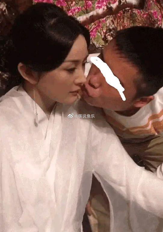 杨幂惨被狂粉强吻!「全身紧贴、嘟嘴亲亲」网骂爆:噁心