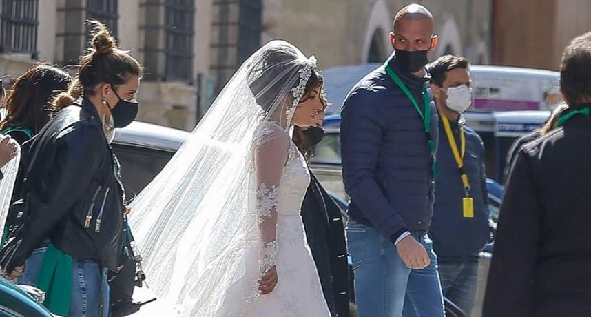 造型被吐槽!女神卡卡新片穿上「白婚纱」 比例超怪网看傻:五五身!