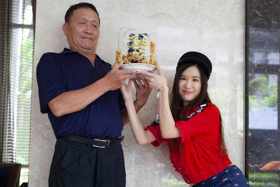 田心蕾八爪机械变形蛋糕送爸爸 提早过父亲节